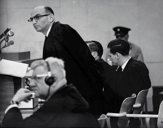 Bild: Eine Szene während des Eichmann-Prozesses in Jerusalem im Juli 1961. This file has been (or is hereby) released into the public domain by its author, Israel Government Press Office. This applies worldwide.