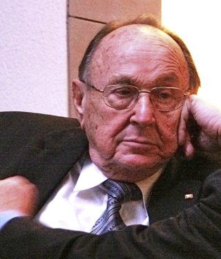 Bild: Hans-Dietrich Genscher beim Zuhören im Jahre 2007. This work is free software; you can redistribute it and/or modify it under the terms of the GNU General Public License as published by the Free Software Foundation; either version 2 of the License, or any later version. This work is distributed in the hope that it will be useful, but without any warranty; without even the implied warranty of merchantability or fitness for a particular purpose. Urheber Mario Duhanic.